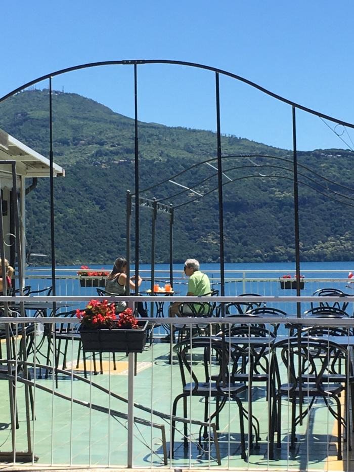 terrazzo bar sul lago con due persone sedute