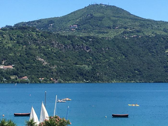 panorama del lago con collina