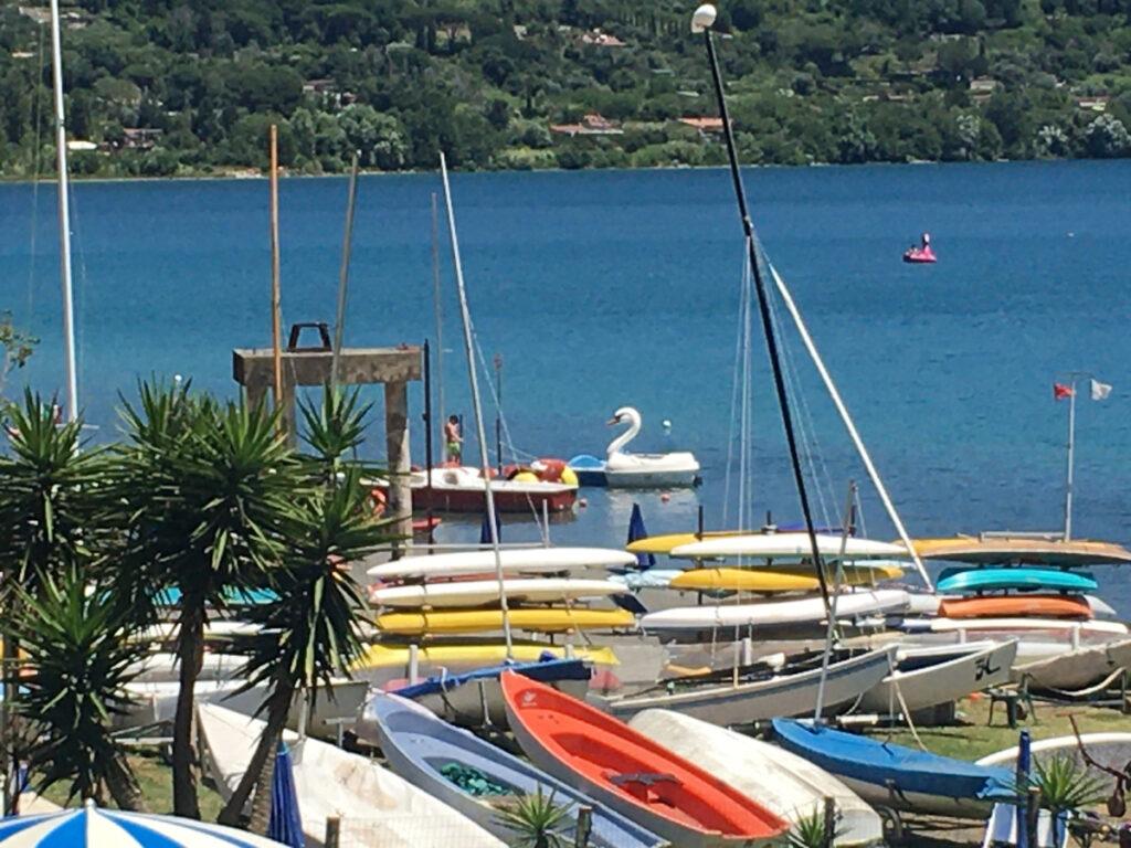 barche lungo il lago