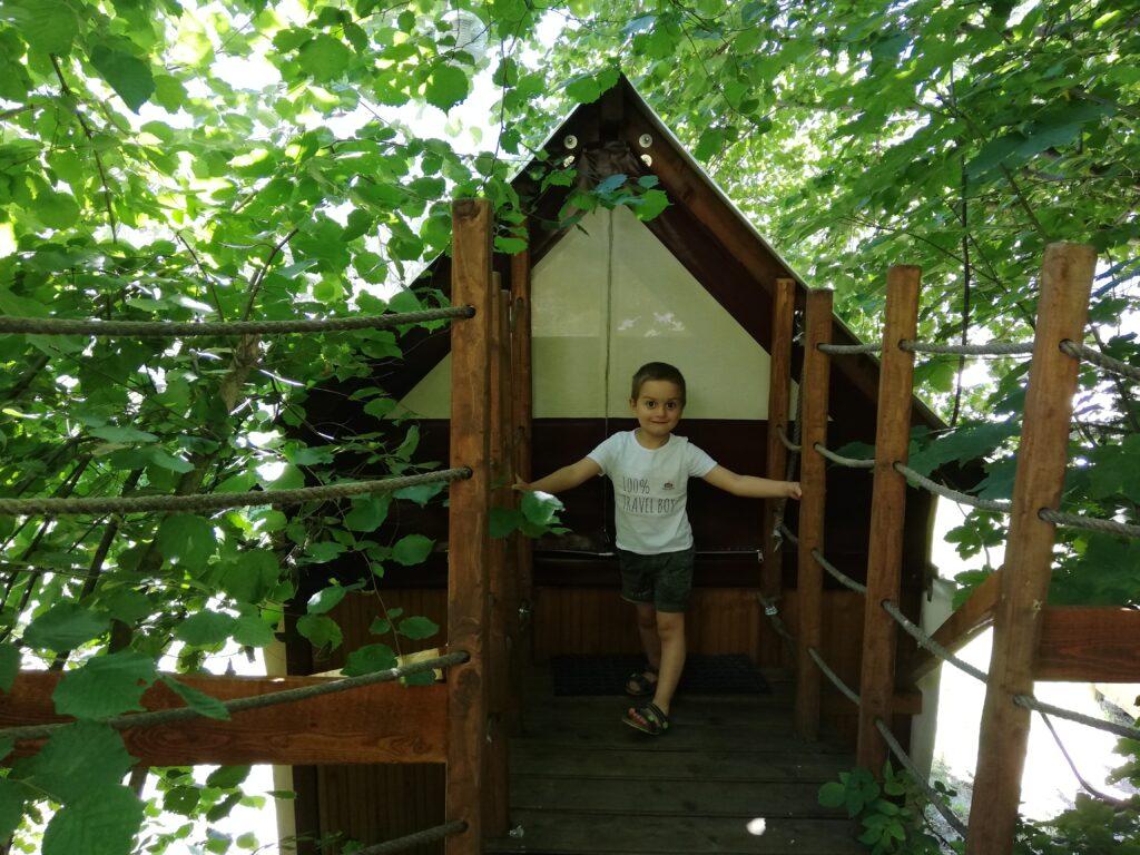 casa sull'albero e bambino dove dormire in Italia