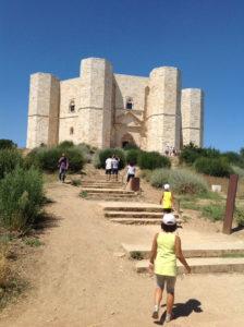 Bambini in salita verso l'ingresso di Castel del Monte