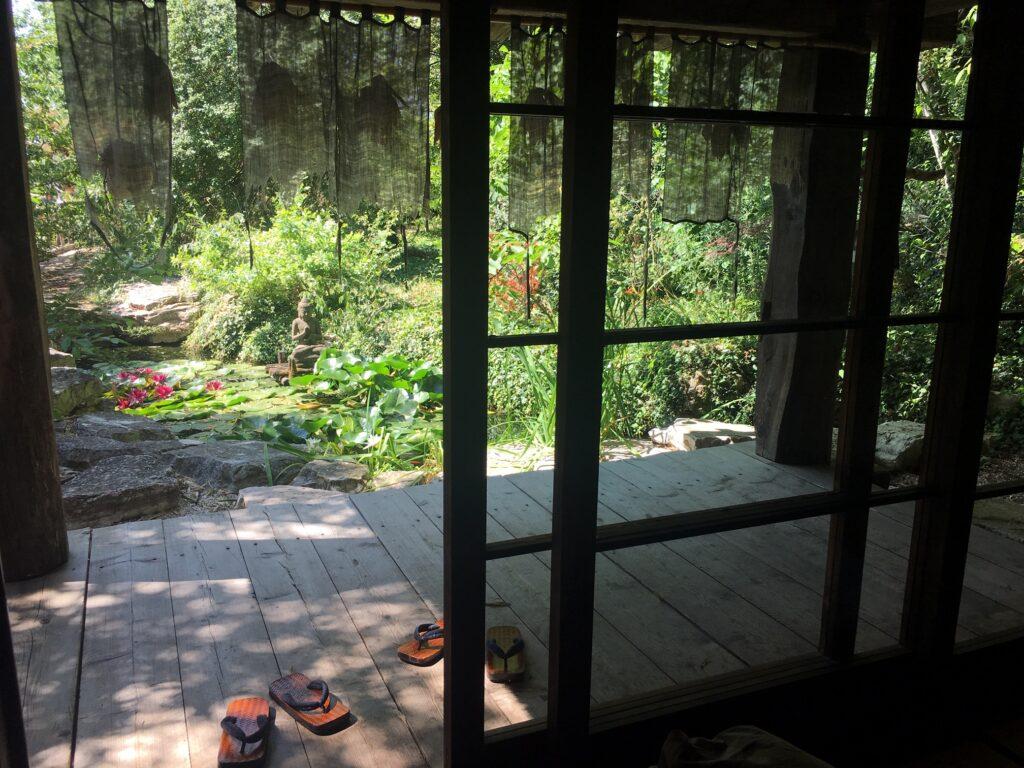 panorama da stanza dei ciliegi laghetto carpe koi e bosco dove dormire in Italia