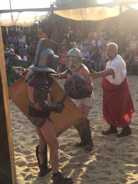 spettacolo gladiatori che combattono in una arena