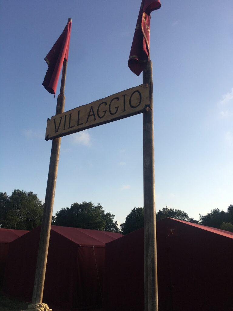 cartello villaggio con tende