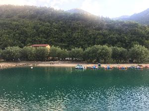 lago di scanno con pedalò e albergo