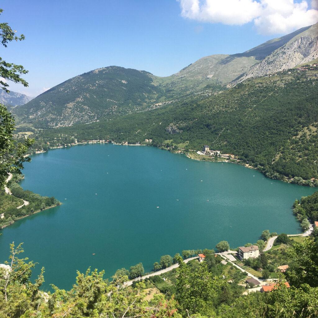 lago a forma di cuore tra le montagne