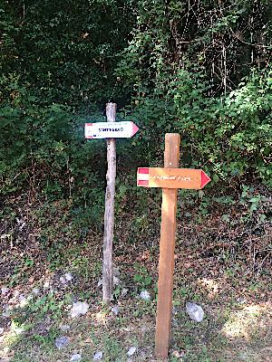 paletti con indicazione sentieri per il lago