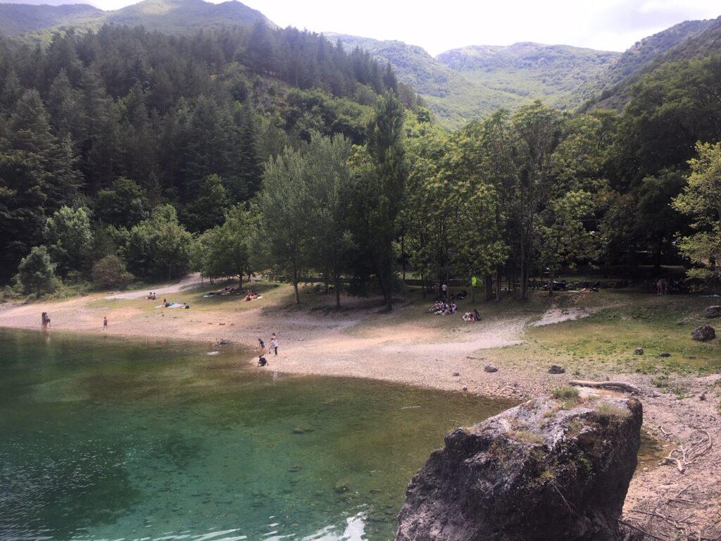 lago con persone e bosco