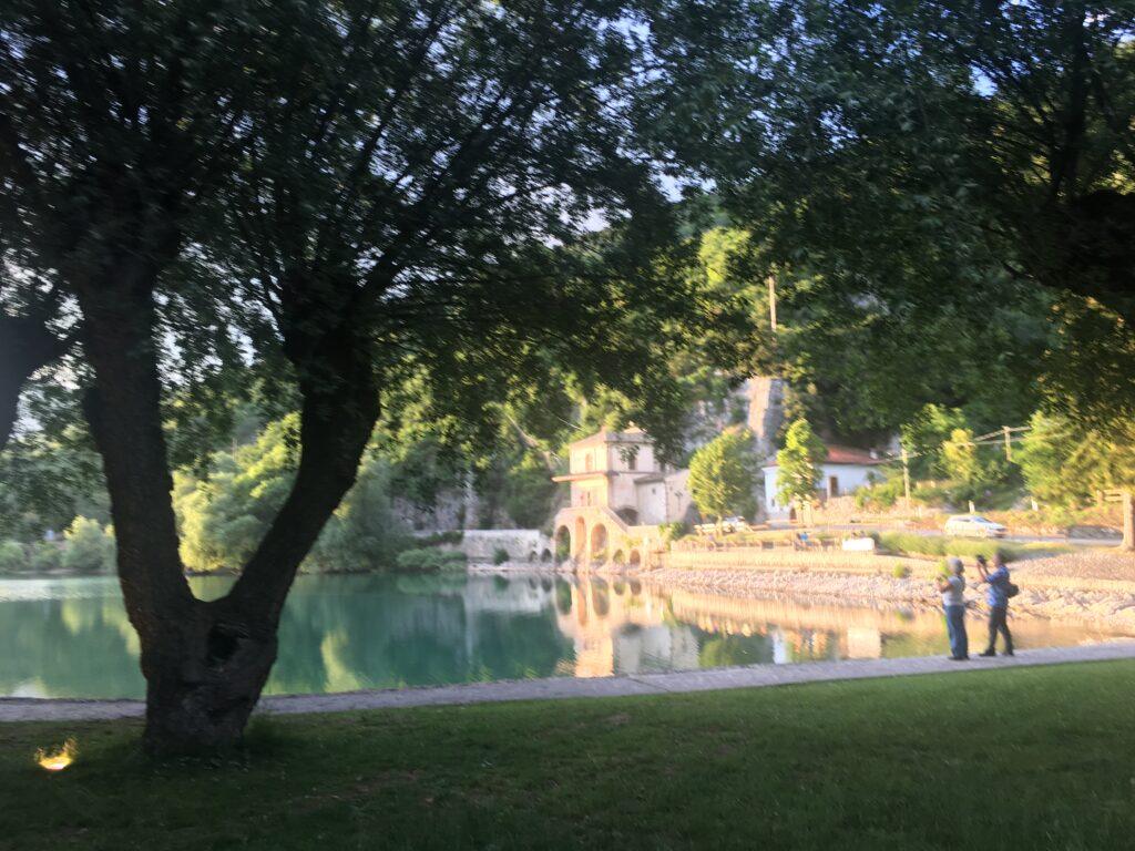 lago di scanno con persone