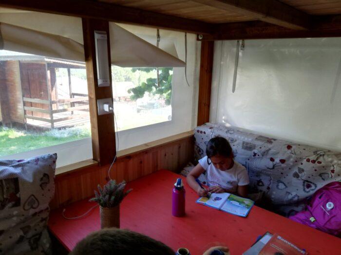 nido con finestra e tavolino con una bambina