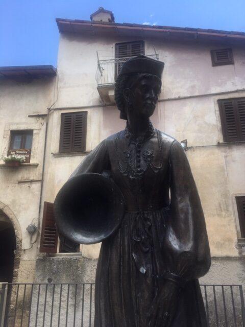 statua di donna di scanno