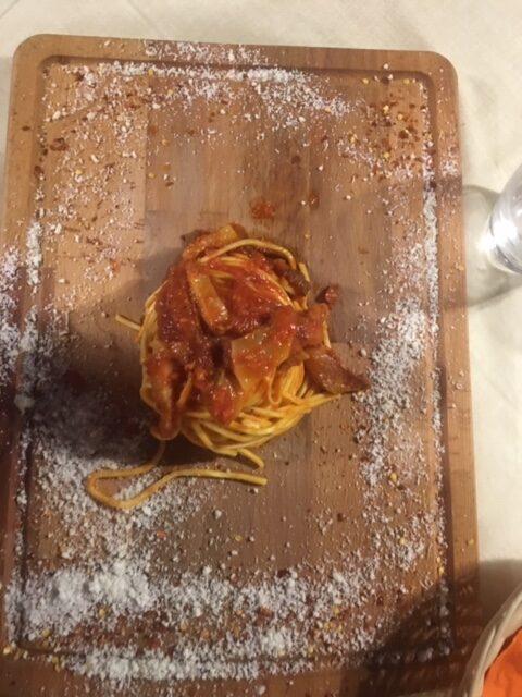 piatto di pasta su tagliere