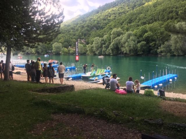lago scanno e persone vicino pedalò