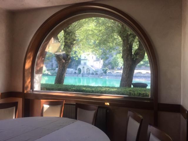 finestra su ristorante sul lago