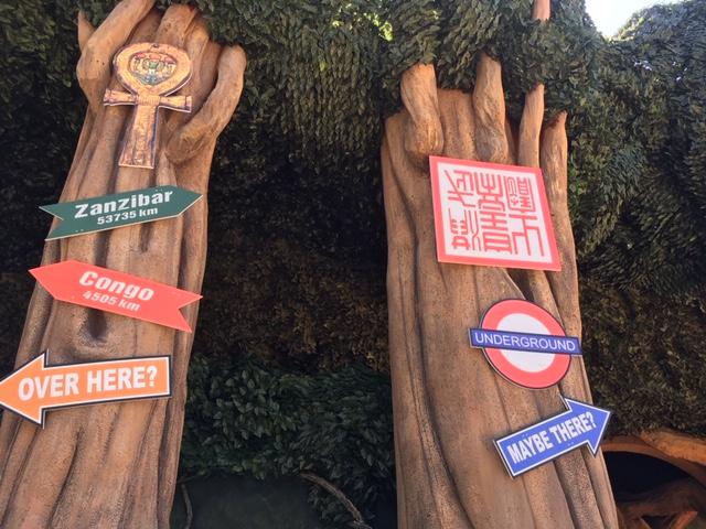 attrazione con tronchi albero e segnali