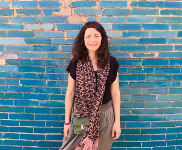 persona appoggiata su un muro