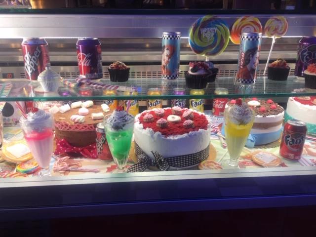 vetrina con torte e gelati