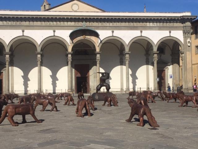 lupi di legno e ferro in piazza