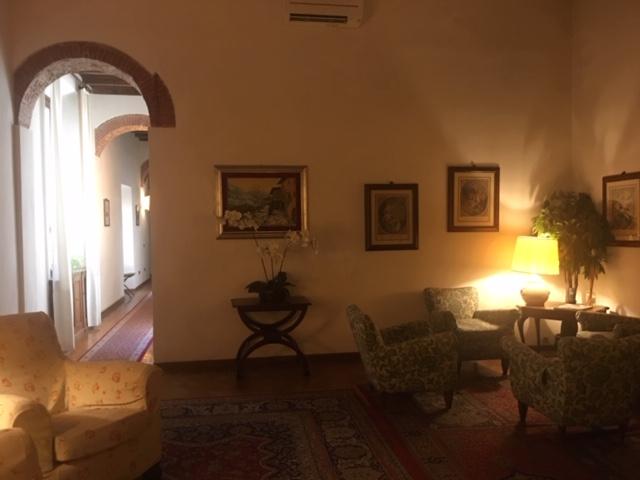 interno hotel firenze con sedie e tavolini e quadri d'epoca