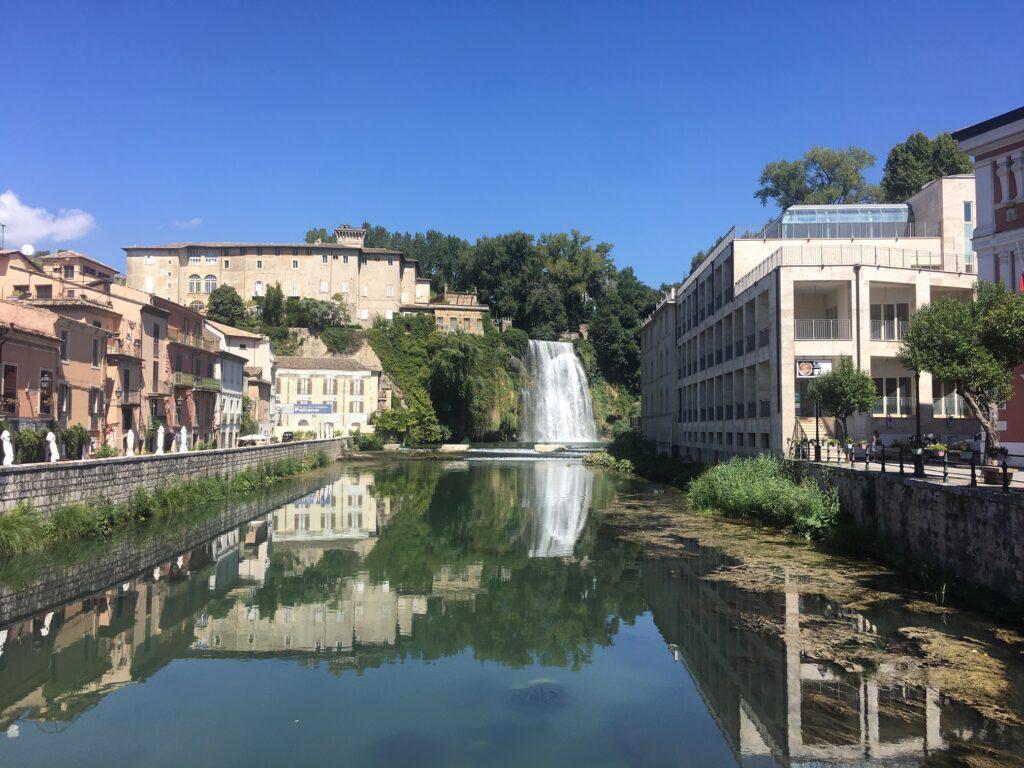 case con cascata e fiume