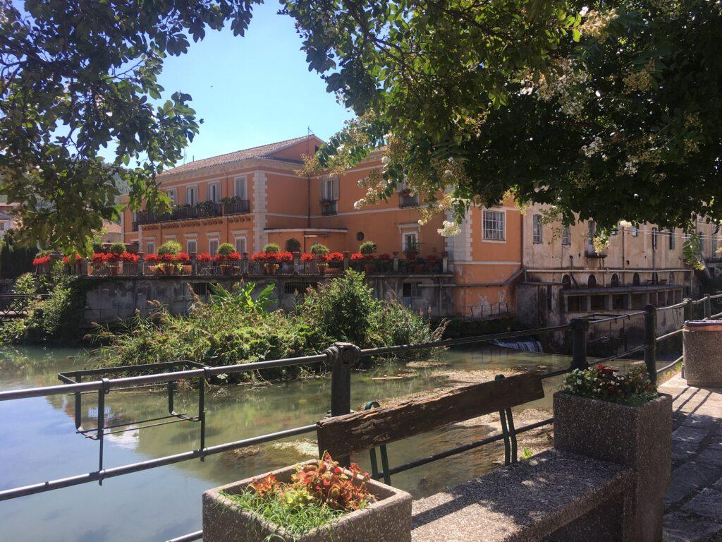 palazzo centrale idroelettrica nel fiume