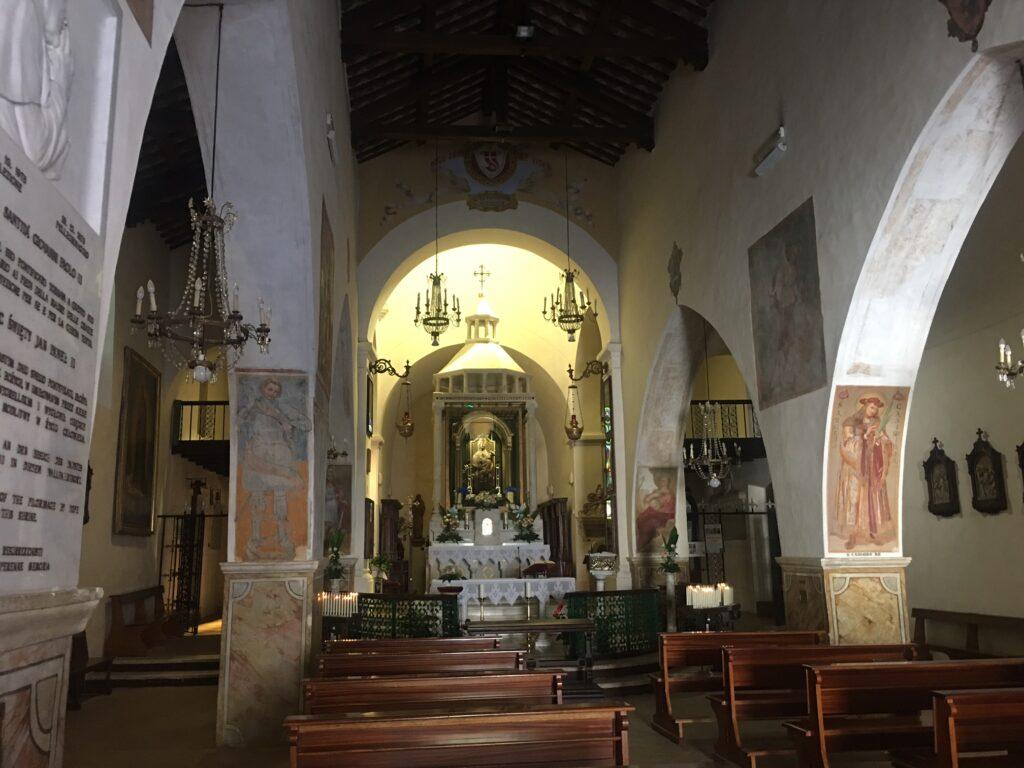 entrata chiesa con navate