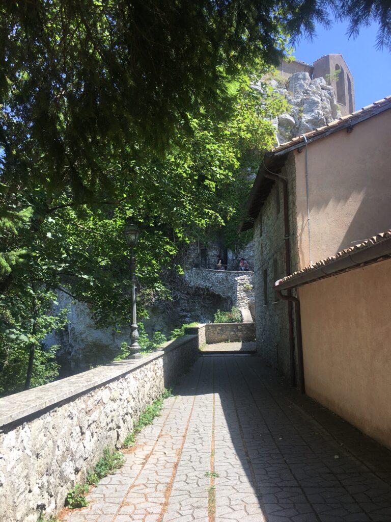 corridoio in pietra e montagna
