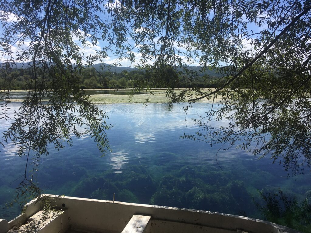 lago e barca di legno