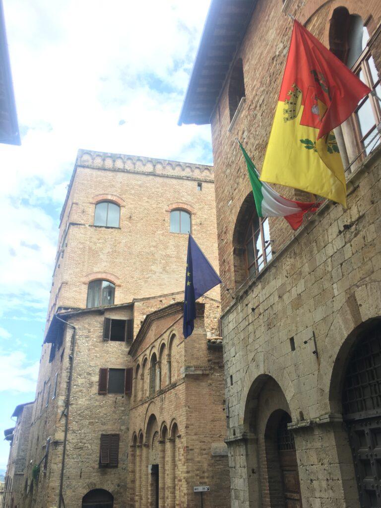 palazzo san gimignano e bandiere