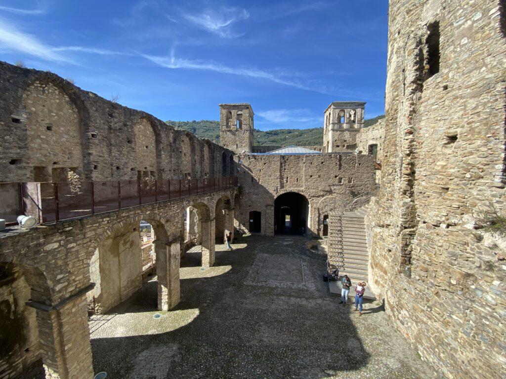 castello con mura e torri
