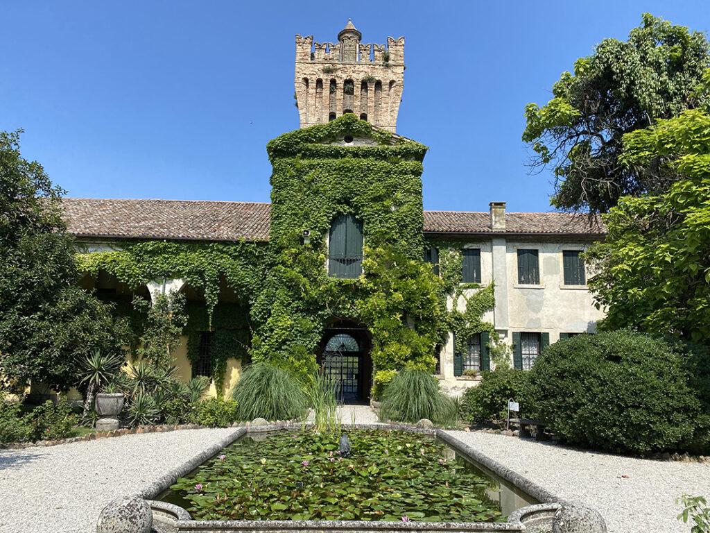 torre del castello e giardino