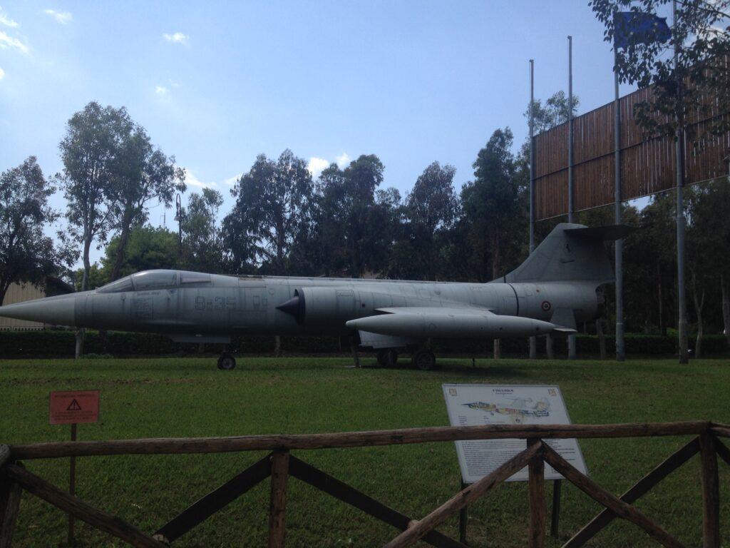 modello aereo in un giardino