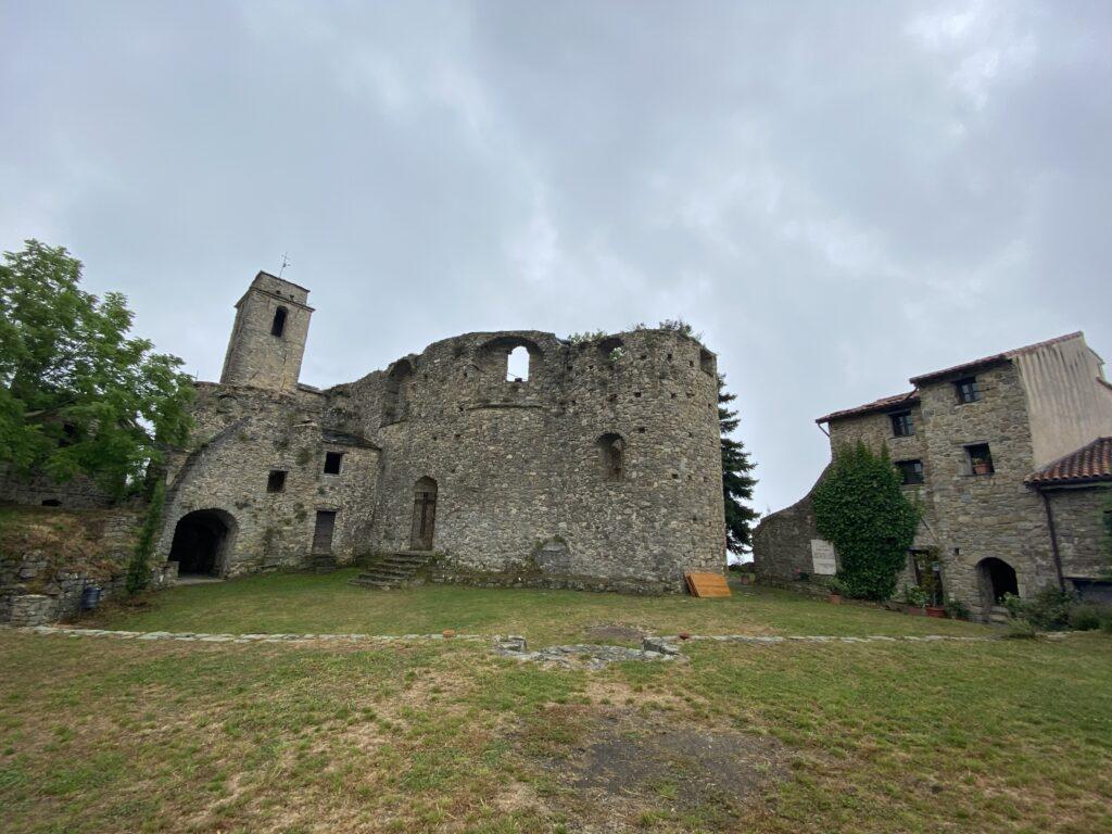 rovine antico borgo su collina