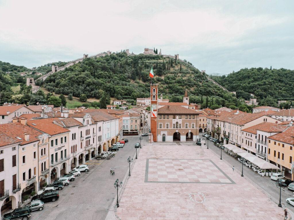 piazza con collina e abitazioni