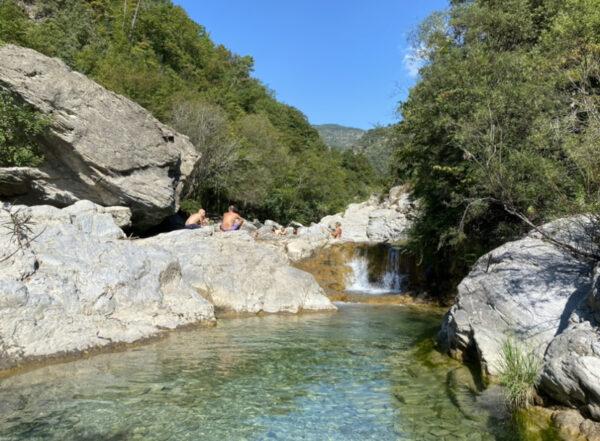 cascata e piscina d'acqua