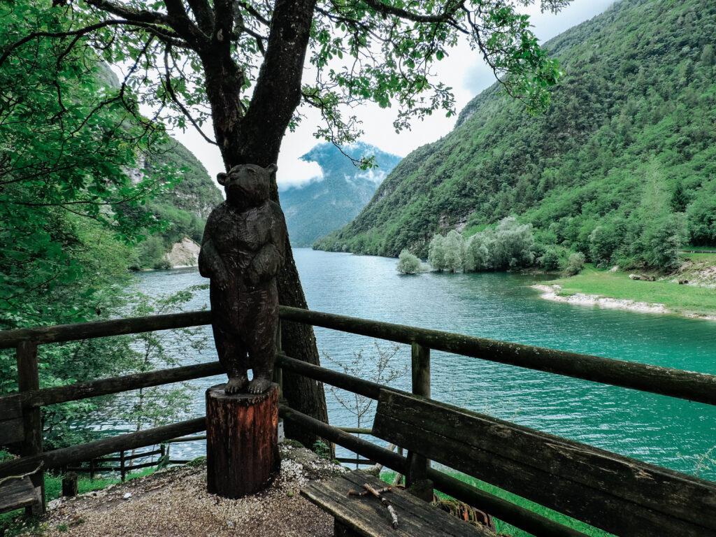 lago con alberi e vegetazione